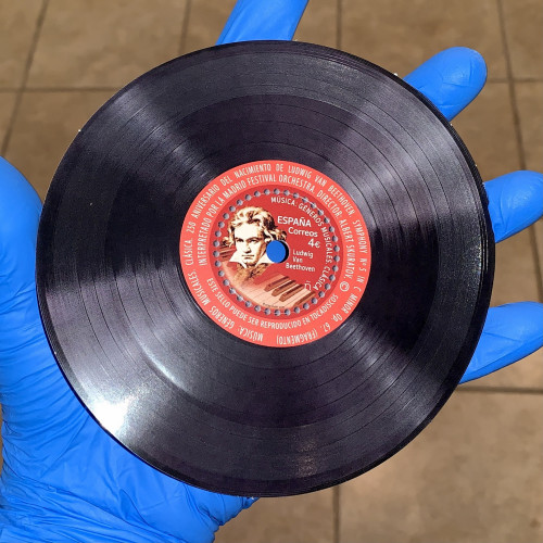 A vinyl record which plays a fragment of Symphony Nr 5.